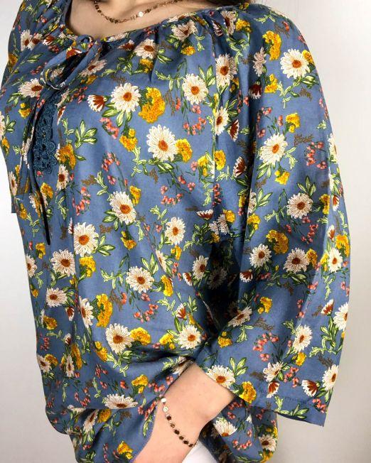 bluză albastră din bumbac largă cu imprimeu floral și inserție de dantelă la gât