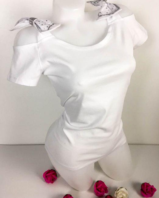 tricou damă alb din bumbac cu umăr gol și fundițe accesorizate cu pietre