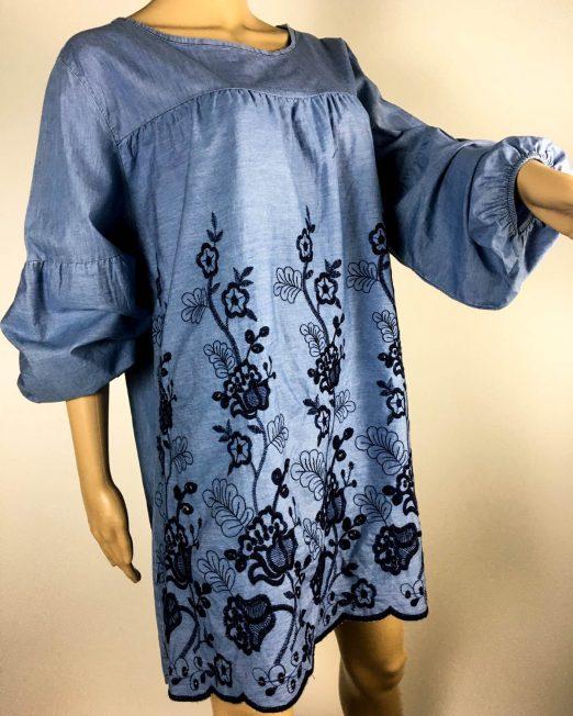 bluză albastră de blug brodată,