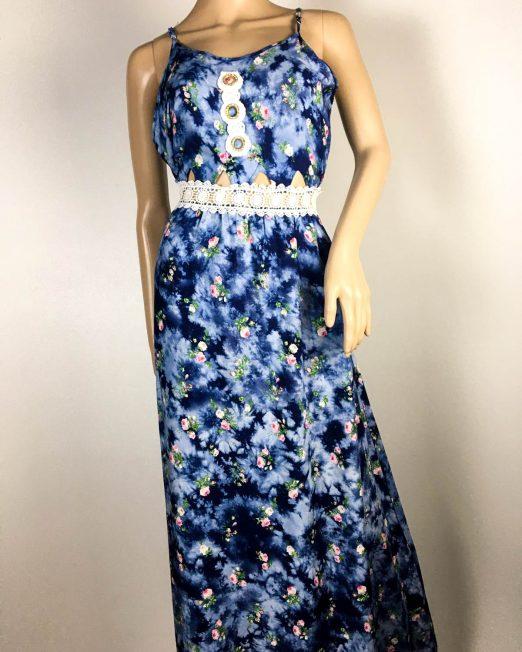 rochie albastră damă vară cu flori și dantelă,