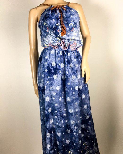 rochie albastră damă vară cu flori,